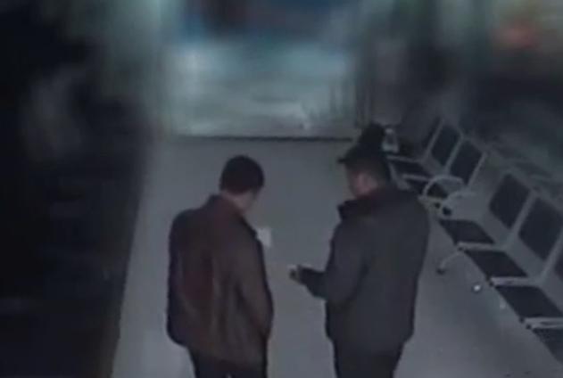 Hình ảnh hai người đàn ông rút tiền được camera giám sát ghi lại. Ảnh: CCTV.