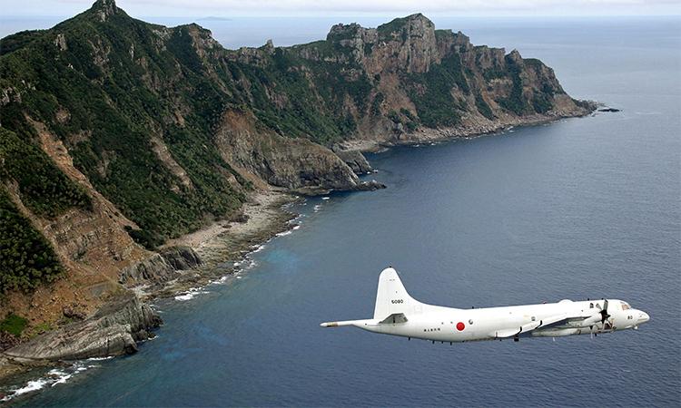 Trinh sát cơ P-3C Orion của lực lượng phòng vệ Nhật Bản bay quanh nhóm đảo Senkaku/Điếu Ngư, tháng 10/2011. Ảnh: JMSDF.