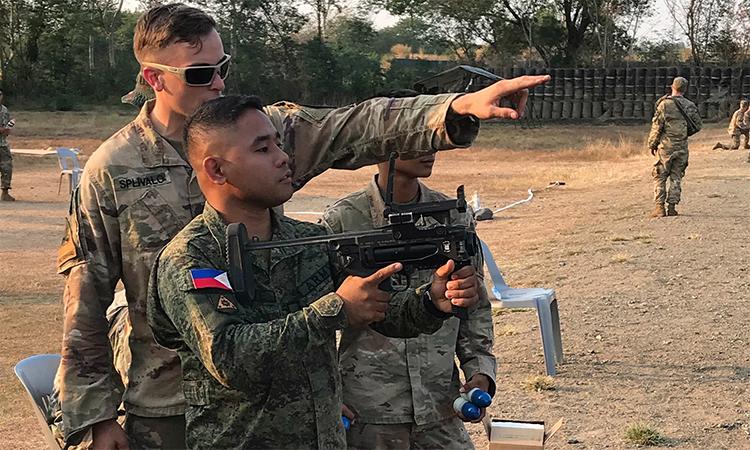 Một binh sĩ Mỹ hướng dẫn lính Philippines sử dụng súng phóng lựu M-320 tại căn cứ ở tỉnh Nueva Ecija, tháng 3/2019. Ảnh: US Army.