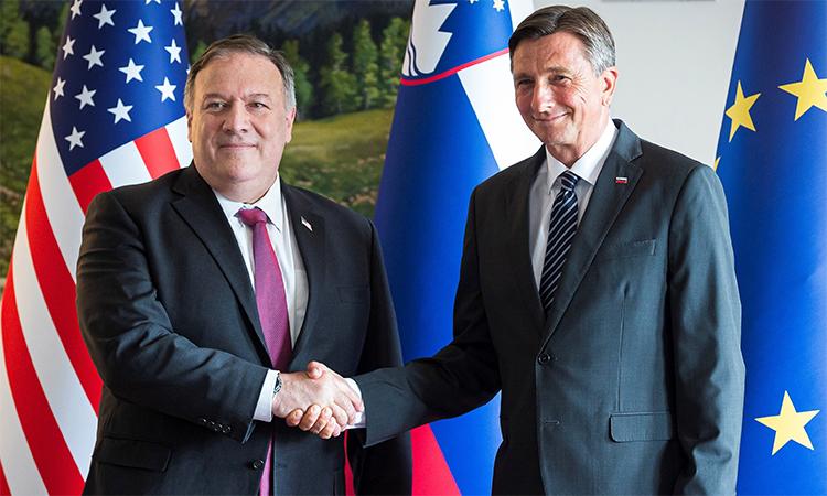 Ngoại trưởng Mỹ Mike Pompeo (trái) và Tổng thống Slovenia Borut Pahor (phải) trong cuộc gặp tại thị trấn Bled, ngày 13/8. Ảnh: Reuters.