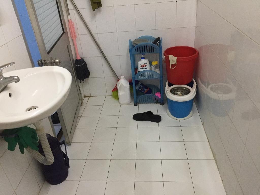 Phòng tắm tận dụng từ khu vực đun than, rộng 4,9 m2.