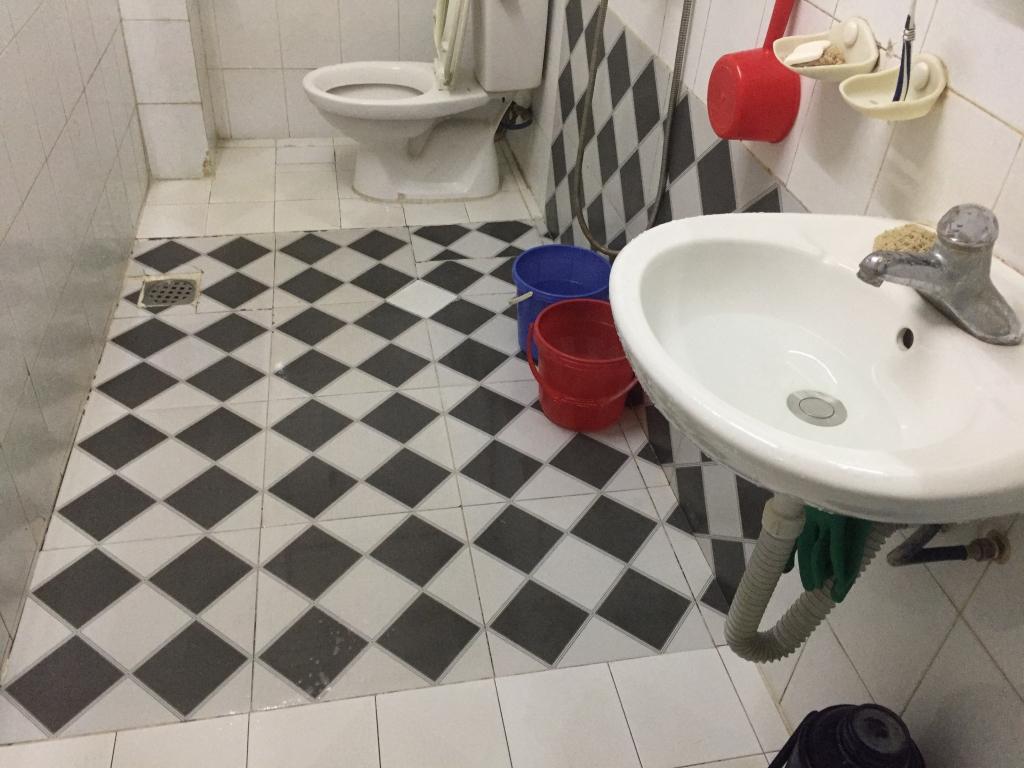 Sàn ốp gạch sần nhưng vẫn trơn trượt.