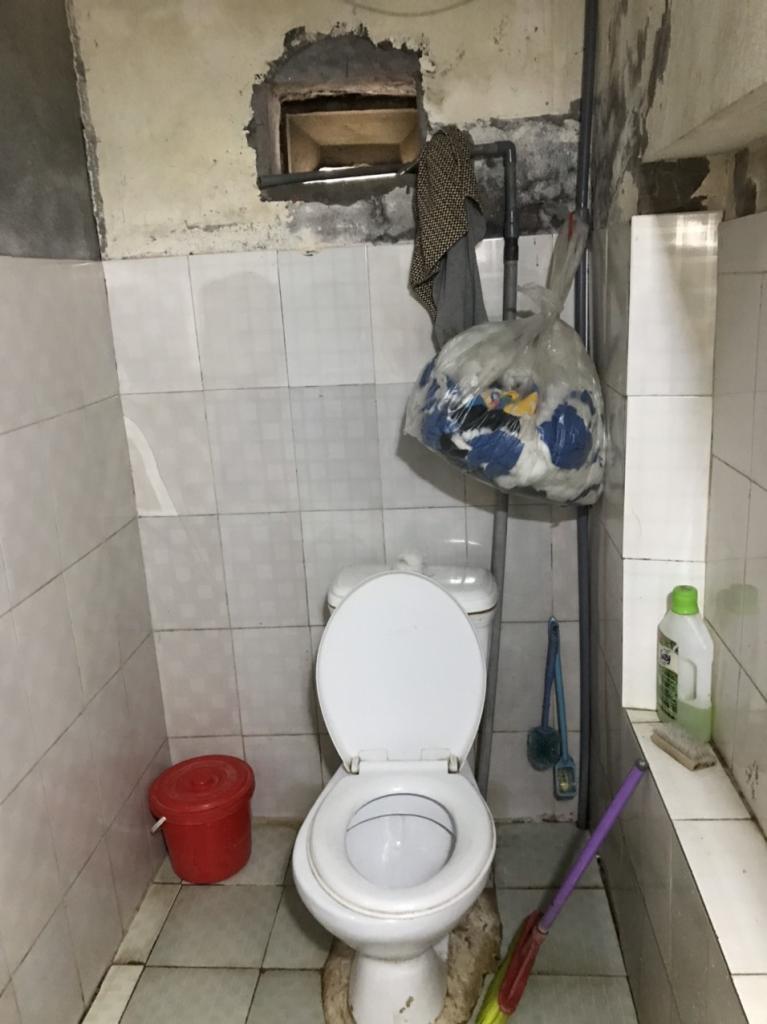 Phòng tắm đã sử dụng nhiều năm, sàn trơn, dễ trượt ngã.
