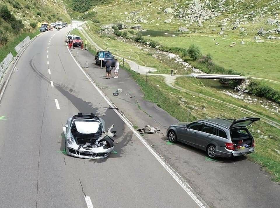 Chiếc Porsche nằm lại ở làn ngược chiều, xe Mercedes ở rìa đường sau khi xoay 180 độ. Ảnh: Instagram