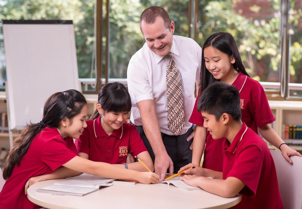 Học sinh trong tiết thực hành môn Kinh tế.