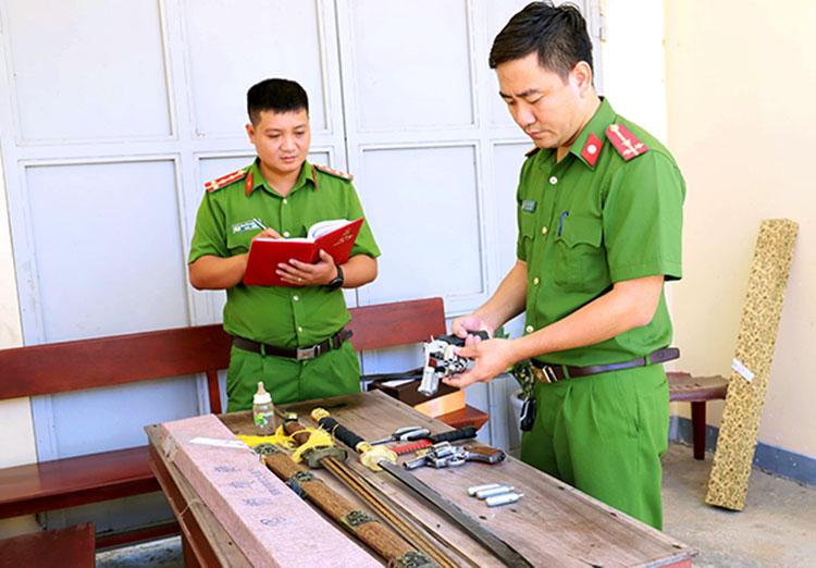 Nhiều hung khí được cảnh sát thu tại cơ sở lô đề của Việt. Ảnh: Lý Hùng