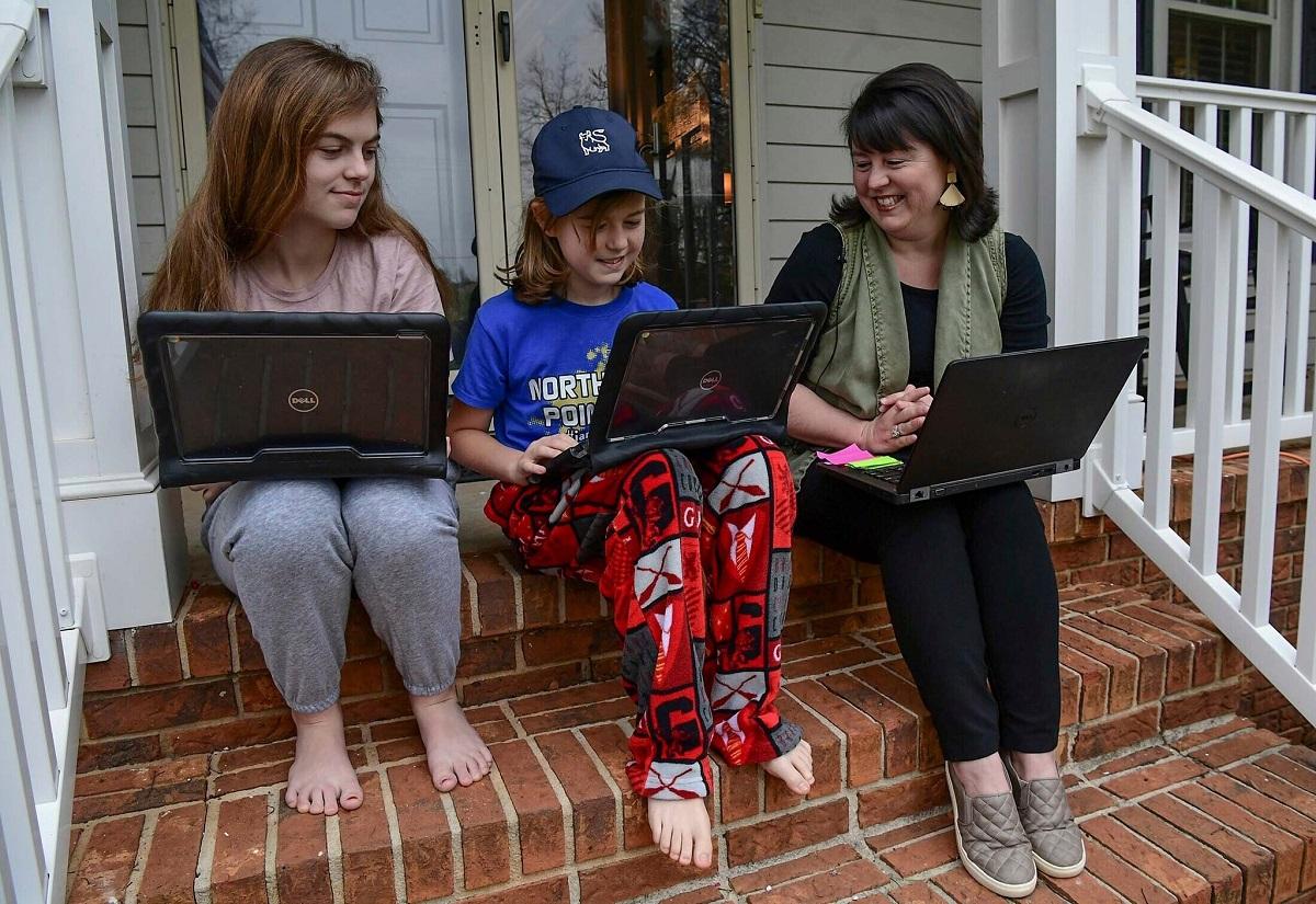 Học sinh tại Nam Carolina mặc quần áo ngủ trong lúc học online vào hồi đầu tháng 3. Ảnh: Ken Ruinard/The Independent-Mail