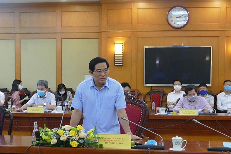 Ông Hà Ngọc Chiến trao đổi về nội dung giám sát. Ảnh: LK