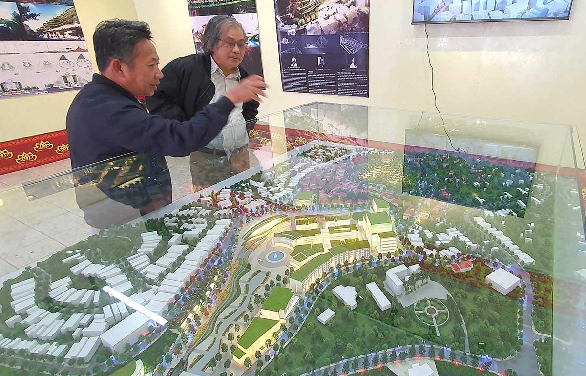 Người dân Đà Lạt tham quan phương án 1 về khu đồi Dinh tỉnh trưởng. Ảnh: Khánh Hương