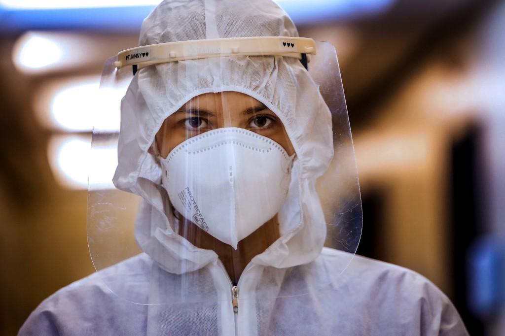 Y tá tại khoa chăm sóc tích cực của một bệnh viện ở Porto Alegre, Brazil ngày 13/8. Ảnh: AFP.