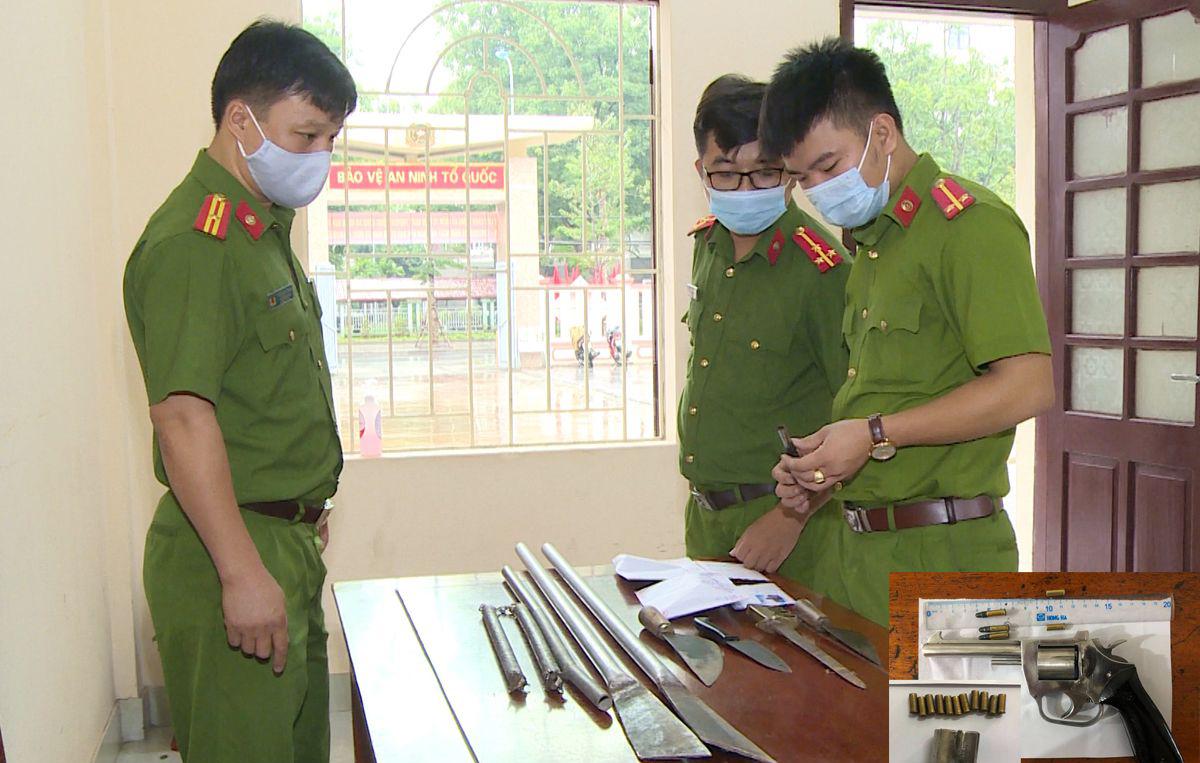Số hung khí được cảnh sát thu giữ. Ảnh: Lam Sơn.