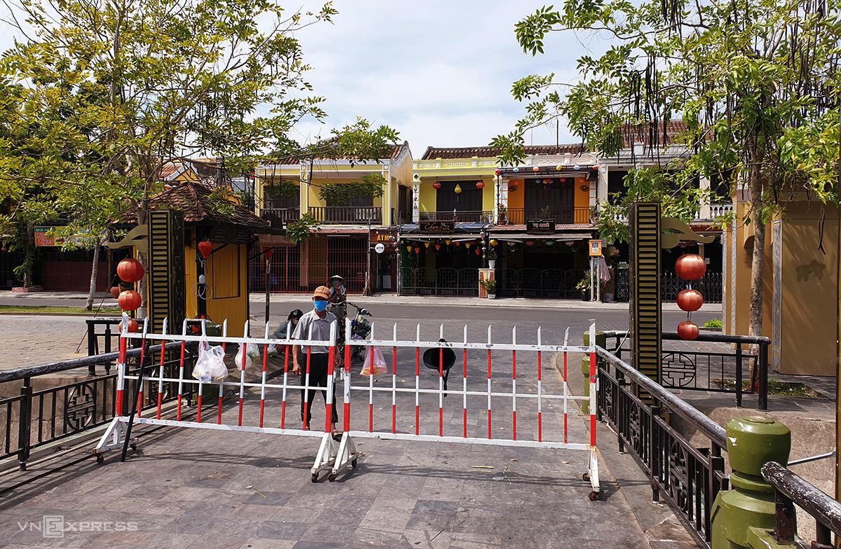 Khối phố An Hội, phường Minh An được phong tỏa ngày 31/7, sau khi hết 15 ngày được phong tỏa thêm bảy ngày. Ảnh: Đắc Thành.