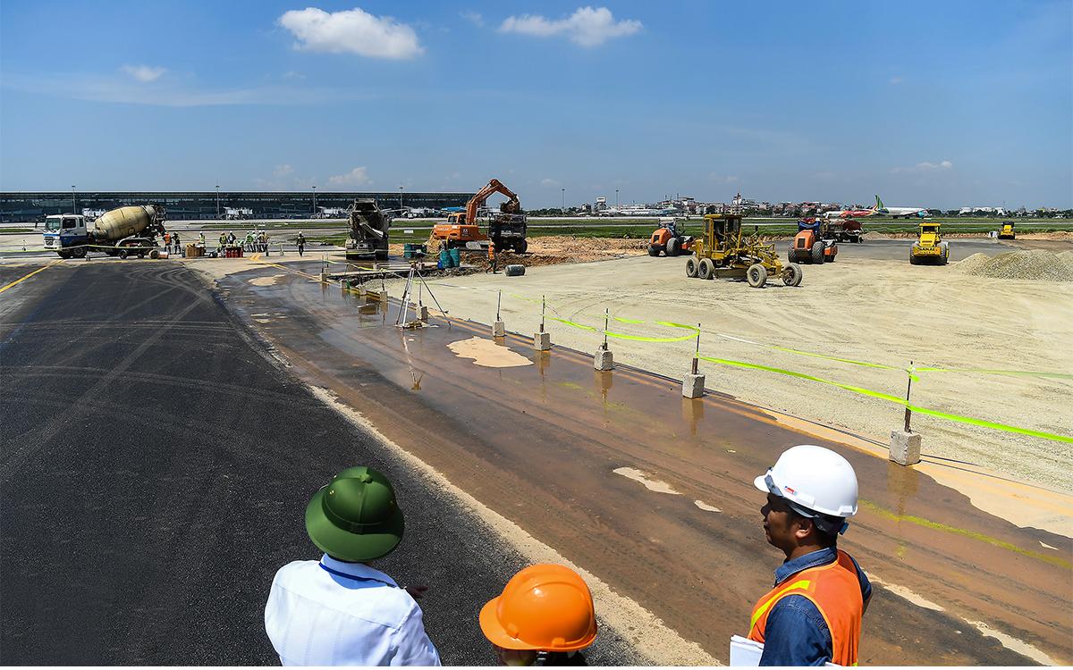 Đường băng sân bay Nội Bài được sửa chữa vì tần suất bay cao khiến đường băng nhanh xuống cấp. Ảnh: Giang Huy