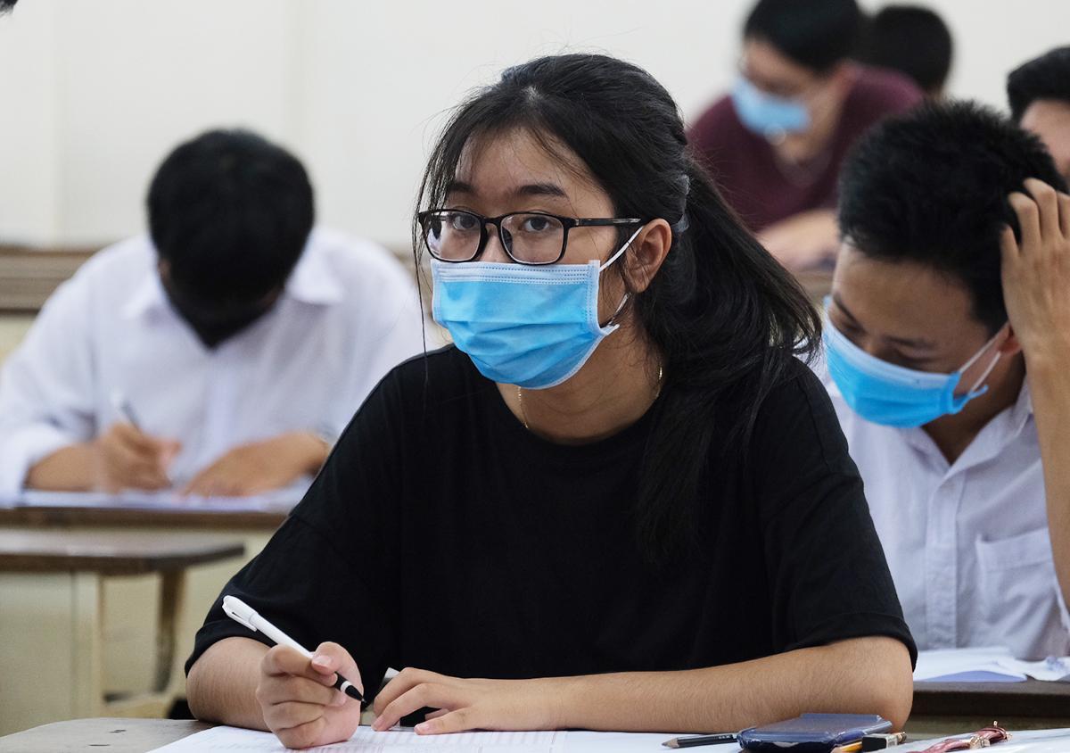 Thí sinh dự bài kiểm tra tư duy của Đại học Bách khoa Hà Nội chiều 15/8. Ảnh: Dương Tâm.