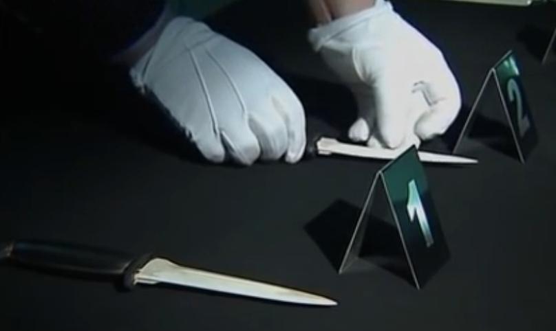 Ba nghi phạm lần lượt phải chọn cầm một trong ba con dao trên bàn. Ảnh: CCTV.