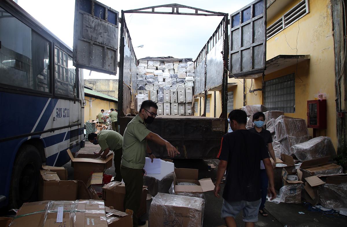 Cục Quản lý thị trường TP HCM kiểm tra hàng trên xe tải. Ảnh: Đình Văn