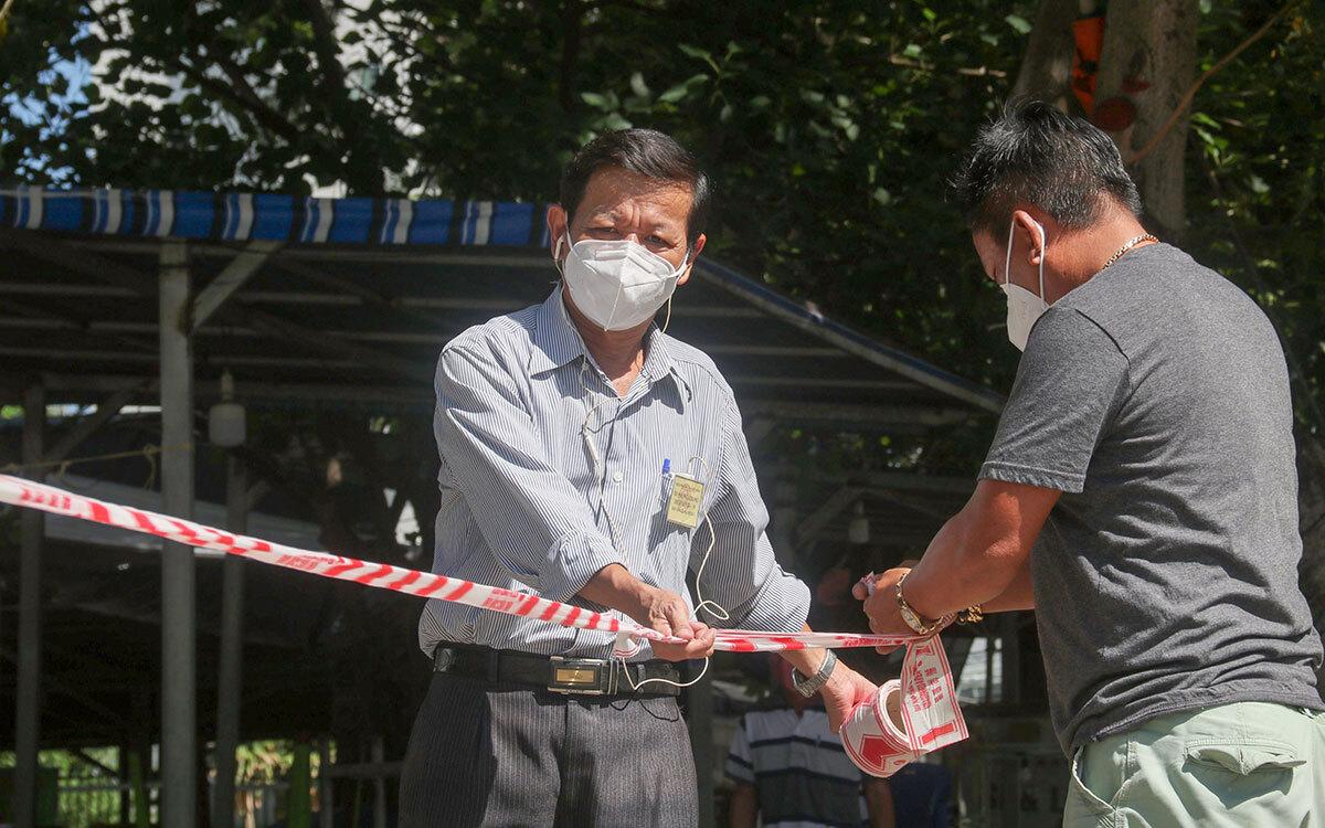 Tổ chống dịch căng dây kiểm soát khu vực dân cư có ca mắc nCoV ở quận Sơn Trà. Ảnh: Đông Nam