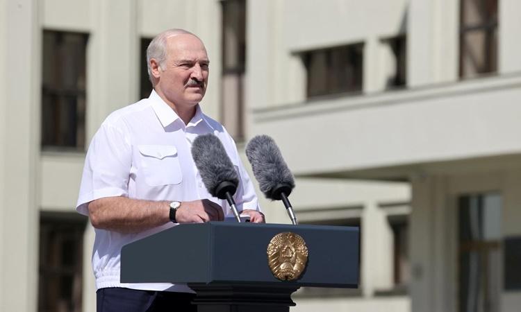 Tổng thống Belarus Alexander Lukashenko phát biểu trước đám đông người ủng hộ tại thủ đô Minsk ngày 16/8. Ảnh: Reuters.