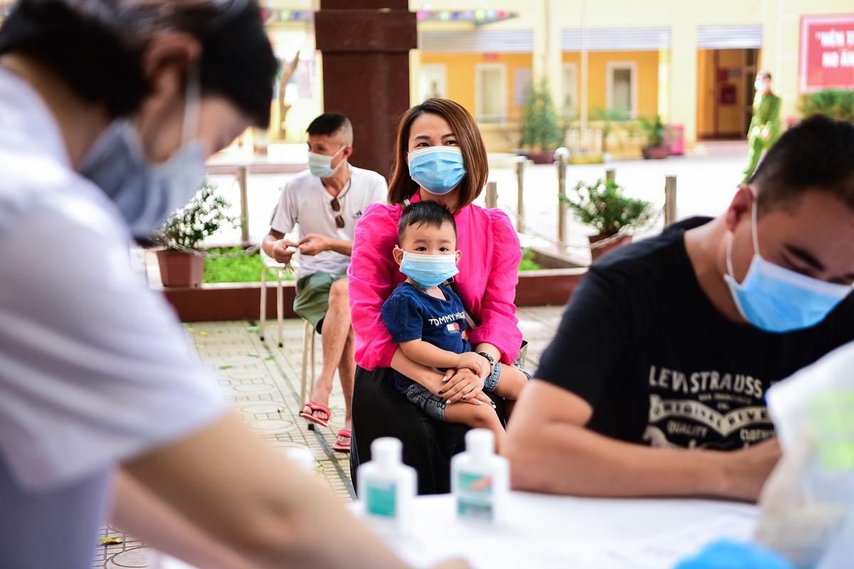 Quận Ba Đình, Hà Nội, tổ chức lấy mẫu xét nghiệm PCR cho người về từ Đà Nẵng. Ảnh: Giang Huy.