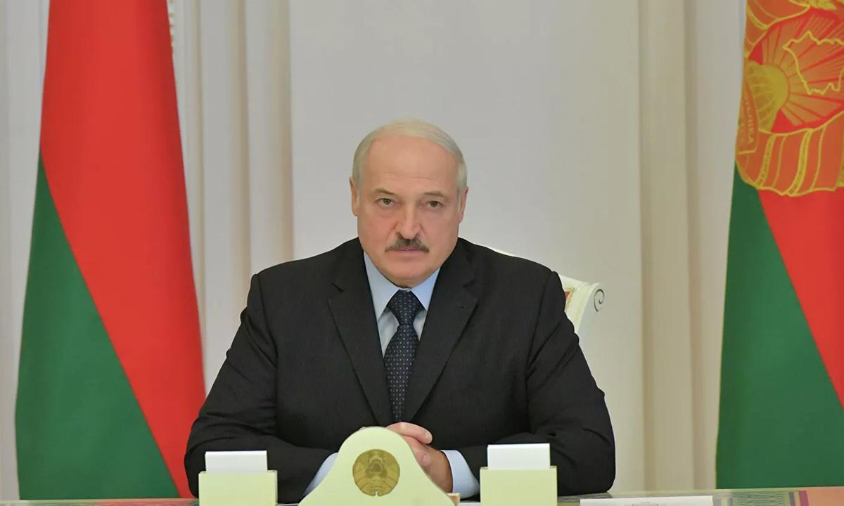 Tổng thống  Alexander Lukashenko chủ trì cuộc họp ở Minsk hôm 13/8. Ảnh: Reuters.