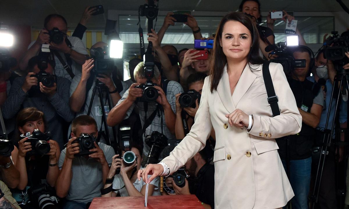 Svetlana Tikhanovskaya, đối thủ của Tổng thống Lukashenko, bỏ phiếu bầu tại thủ đô Minsk hôm 9/8. Ảnh: AP.