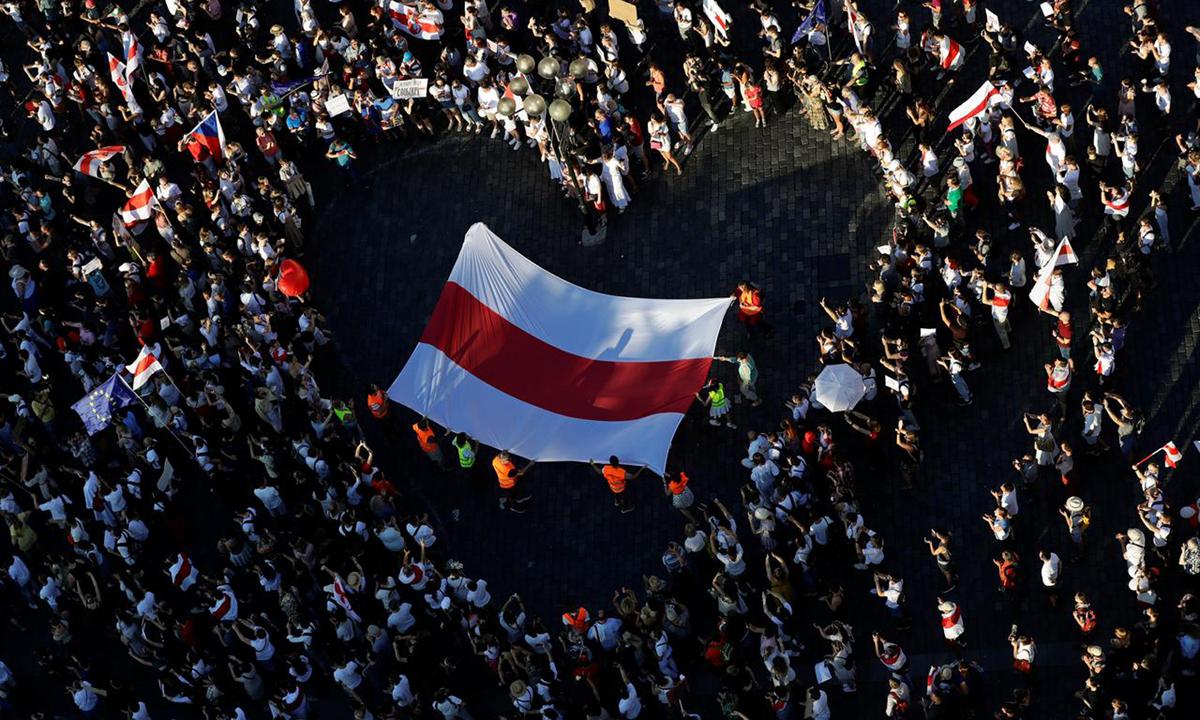 Cờ Belarus được giăng bên trong hình trái tim do người biểu tình tạo ra ở thủ đô Minsk hôm 16/8. Ảnh: Reuters.