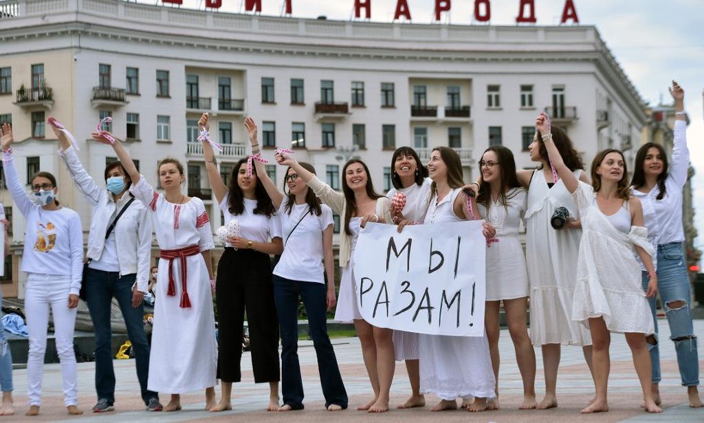 Phụ nữ tham gia biểu tình chống bạo lực ở thủ đô Minsk của Belarus hôm 12/8. Ảnh: AFP.
