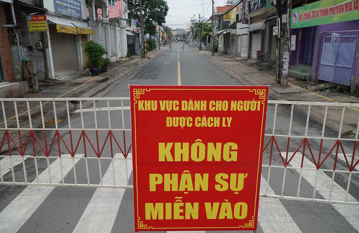 Cơ quan chức năng tiến hành phun xịt trên tuyến đường Hồ Văn Đại. Ảnh: Phước Tuấn