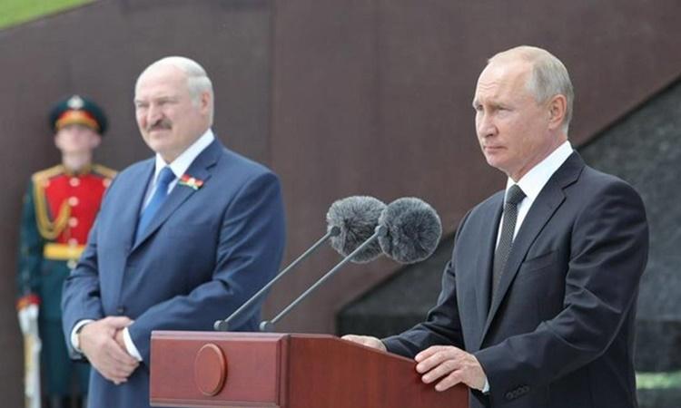 Tổng thống Nga Vladimir Putin (phải) và người đồng cấp Belarus Alexander Lukashenko tại lễ khánh thành đài tưởng niệm Chiến sĩ Liên Xô trong Thế chiến II tại vùng Tver, Nga, hồi tháng 6. Ảnh: Reuters.