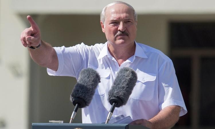 Tổng thống Lukashenko phát biểu trước đám đông người ủng hộ tại Quảng trường Độc lập ở Minsk ngày 16/8. Ảnh: Reuters.