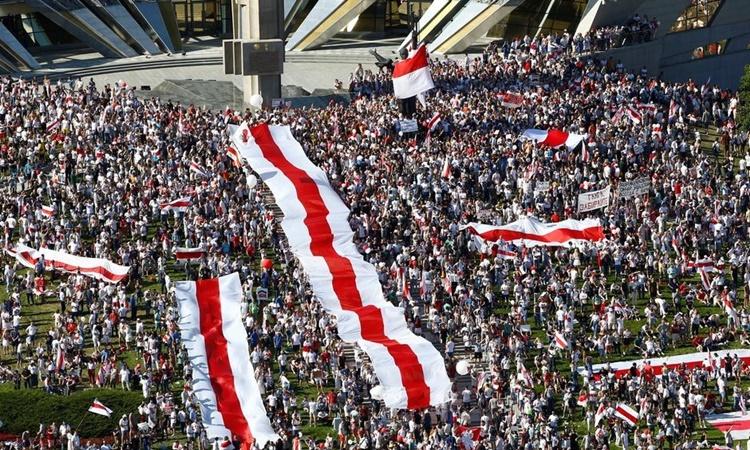 Đám đông biểu tình phản đối Tổng thống Alexander Lukashenko tại thủ đô Minsk, Belarus, ngày 16/8. Ảnh: Reuters.