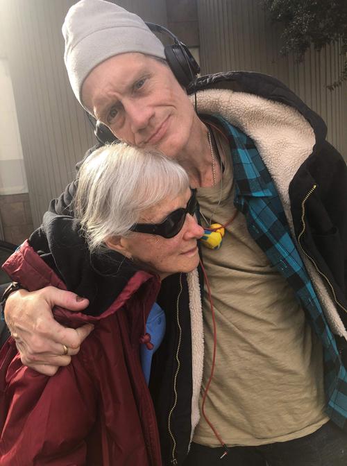 Mark DeFriest (phải) bên cạnh Bonnie DeFriest, người vợ hơn 30 tuổi, trước khi quay trở lại nhà tù. Ảnh: Gabriel London.