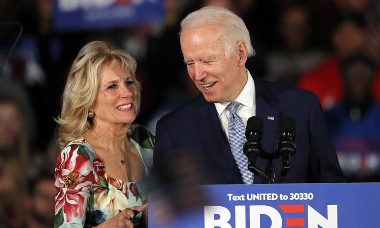 Jill Biden xuất hiện cùng chồng tại một buổi mít tinh vận động tranh cử ở Columbia, Nam Carolina, hồi tháng hai. Ảnh: AP.