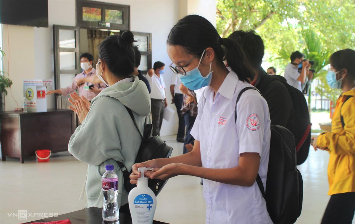 Thí sính Quảng Nam đeo khẩu trang, rửa tay sát khuẩn trong kỳ thi tốt nghiệp THPT diễn ra ngày 8-10/8. Ảnh: Đắc Thành.