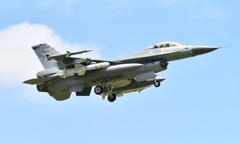Tiêm kích F-16 cất cánh tuần tra với tên lửa diệt hạm Harpoon hôm 6/8. Ảnh: Liberty News.