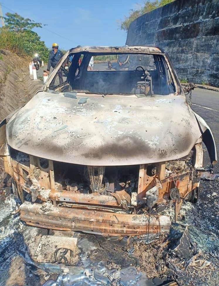 Minh đốt ôtô bán tải tạo hiện trường giả trên quốc lộ 28, hồi đầu tháng 5. Ảnh: Ngọc Oanh.