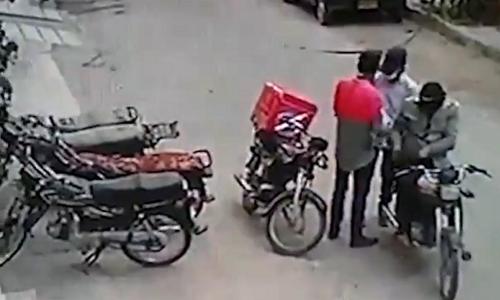 Hai tên trộm hạ gục tên cướp - 2