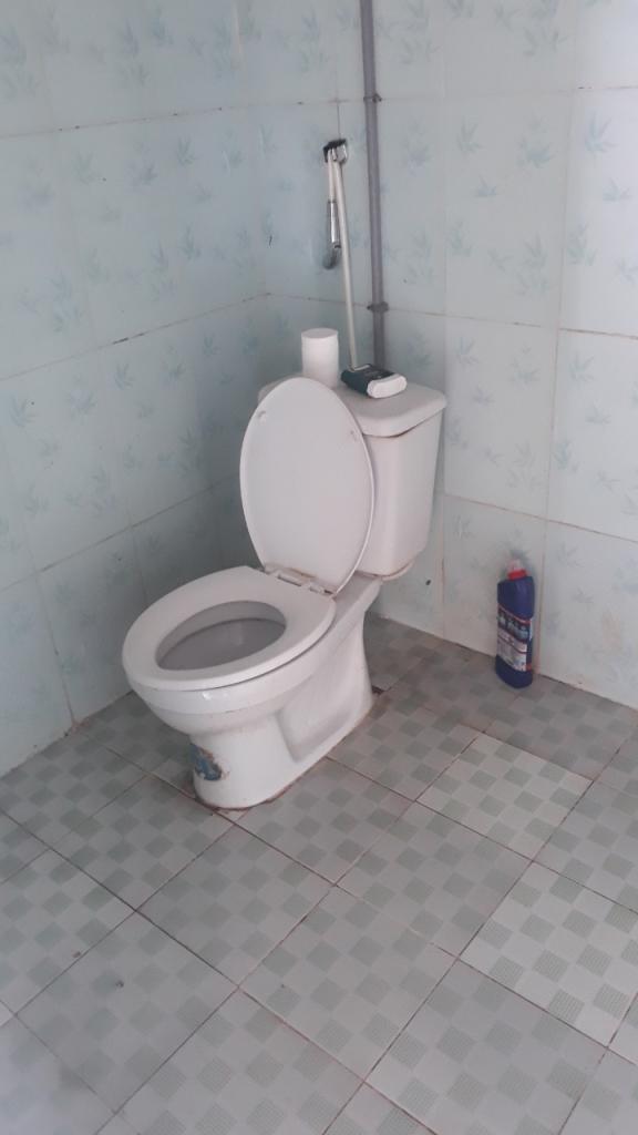 Thiết bị vệ sinh xuống cấp sau nhiều năm sử dụng.