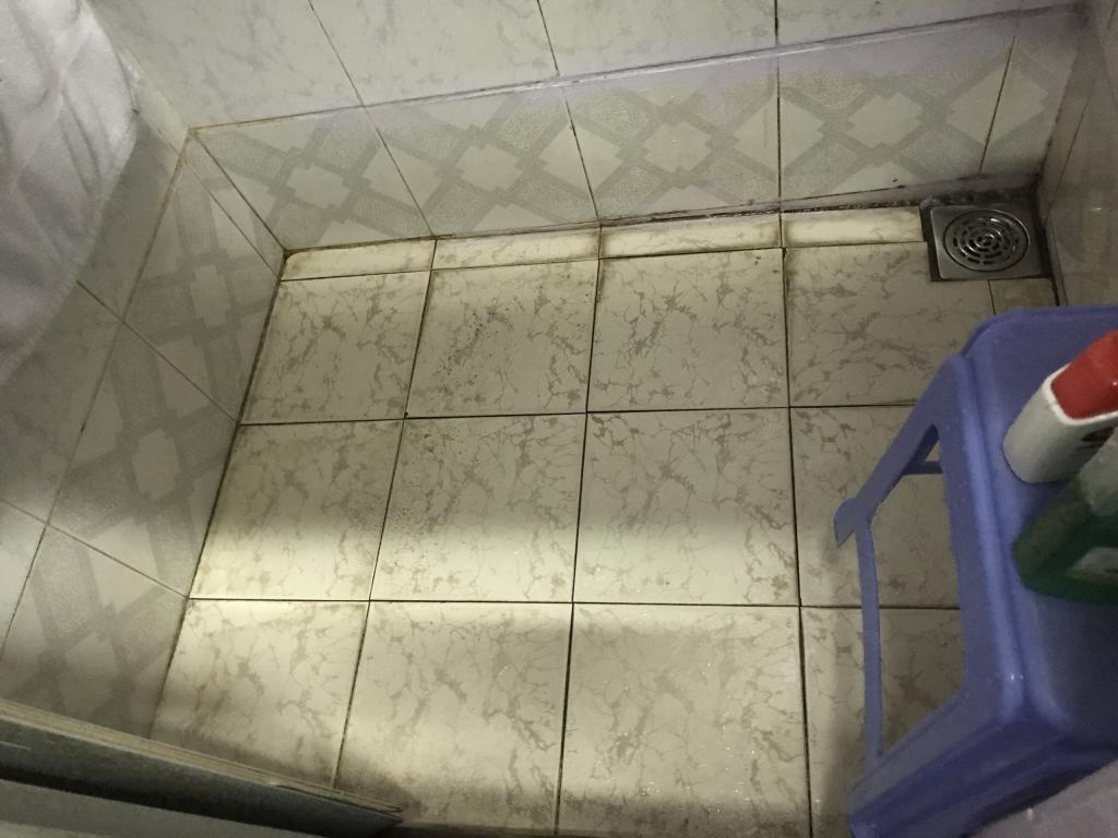 Phòng tắm chật hẹp, ẩm mốc do nền thấp.
