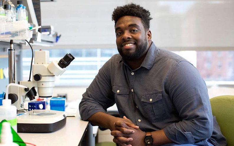 Russell Ledet nhận bằng tiến sĩ chuyên ngành Nghiên cứu Ung thư phân tử tại Đại học New York. Ảnh: New York University.