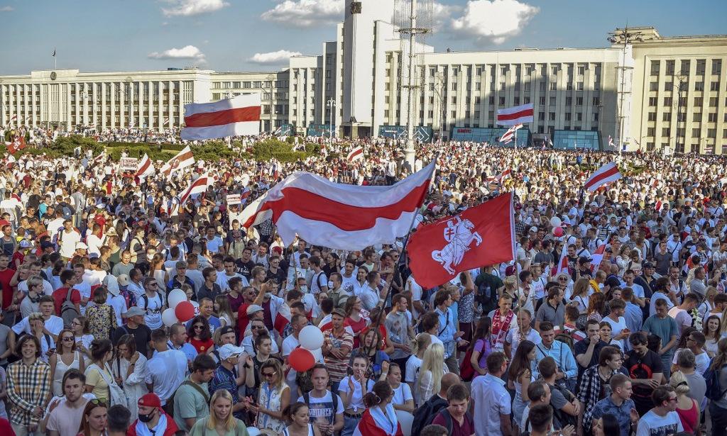 Người biểu tình ở trung tâm thủ đô Minsk của Belarus hôm 16/8. Ảnh: AFP.