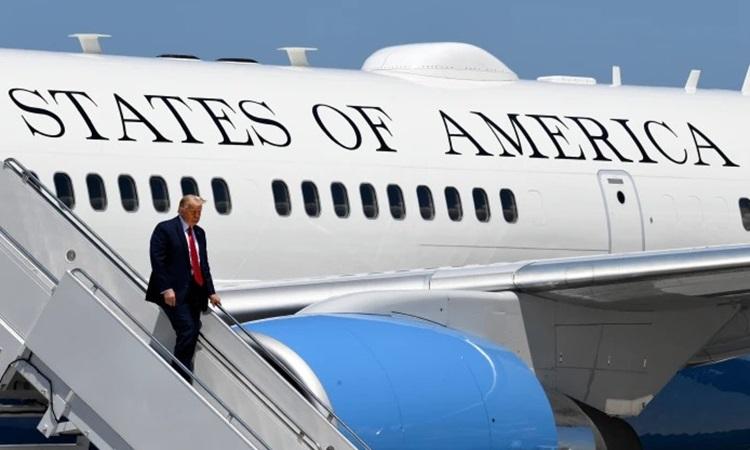 Tổng thống Mỹ Donald Trump bước xuống từ chuyên cơ Không lực Một tại sân bay Burke Lakefront ở Cleveland, bang Ohio, hôm 6/8. Ảnh: Reuters.