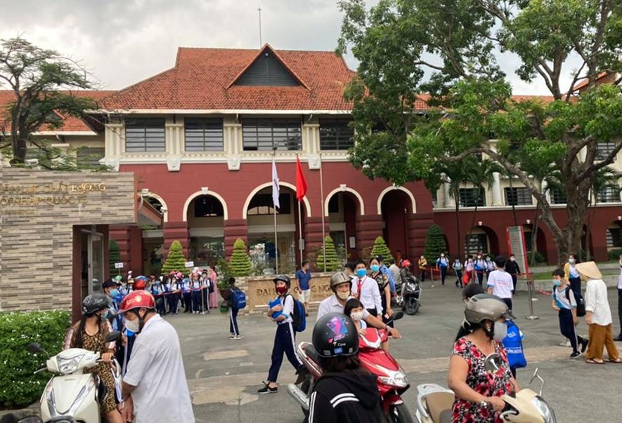 Học sinh trường Tiểu học - Trung học cơ sở Nguyễn Khuyến đến trường chiều 18/8. Ảnh: Thái Hà