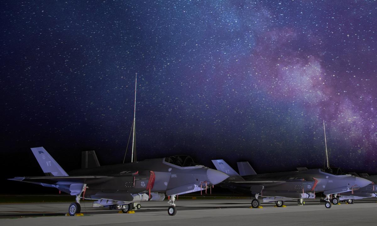 Tiêm kích F-35A nằm cạnh cột thu lôi trong đợt diễn tập Northern Lightning hôm 11/8. Ảnh: USAF.