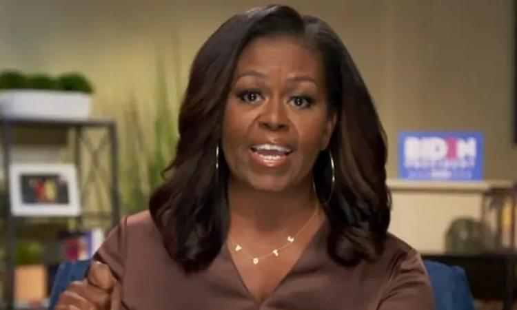Chiếc vòng cổ vàng có chữ Vote mà bà Obama đeo khi phát biểu trong hội nghị toàn quốc đảng Dân chủ tổ chức trực tuyến hôm 17/8. Ảnh: Guardian.