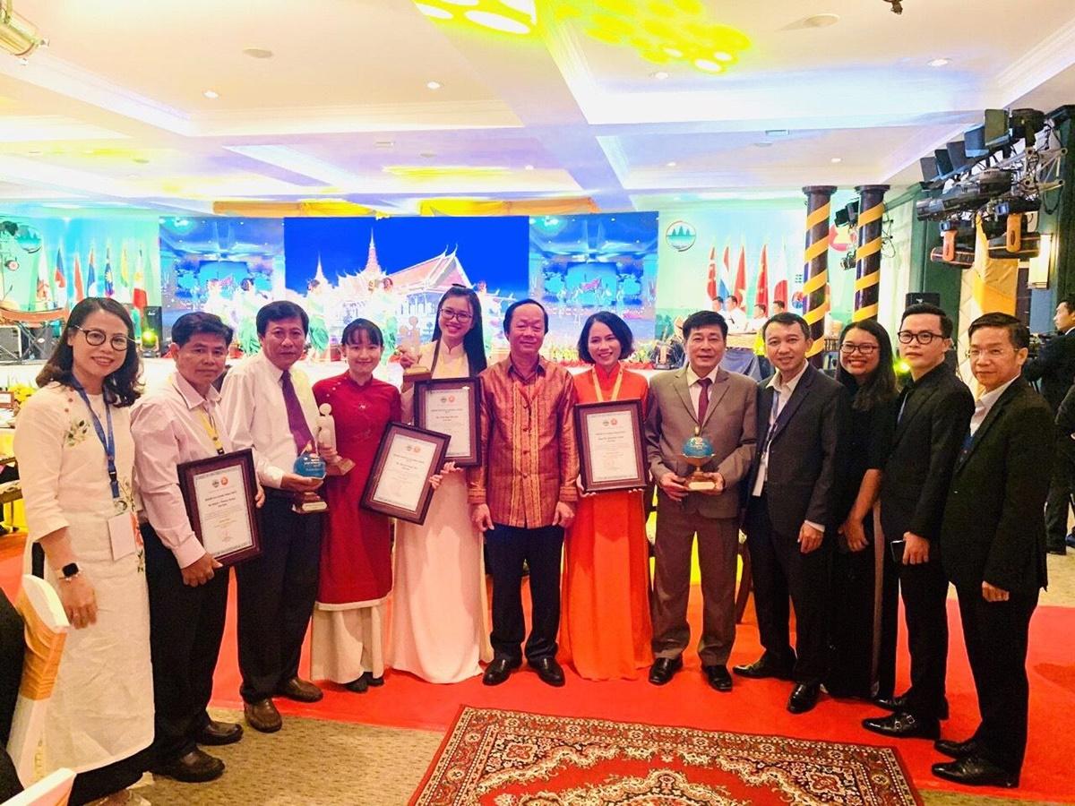 Như Ánh (thứ năm từ trái qua) chụp cùng Thứ trưởng Võ Tuấn Nhân và các đại biểu tham dự sự kiện Nhà vô iịch sinh thái trẻ khu vực ASEAN 2019 tại Campuchia. Ảnh: Nhân vật cung cấp