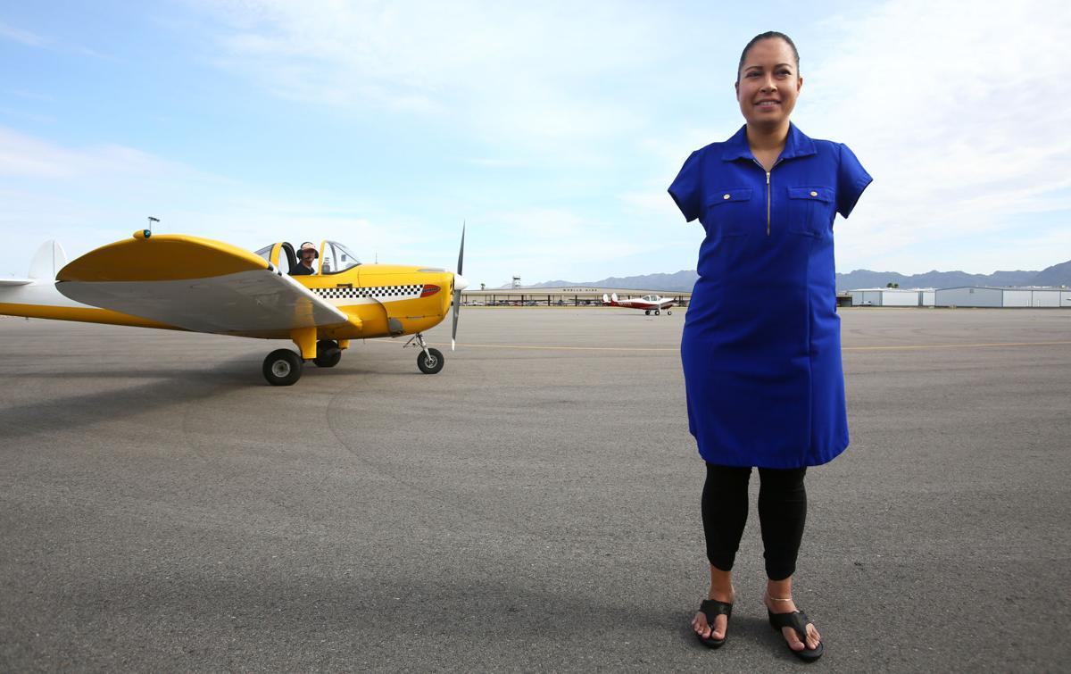 Jessica Cox trước chiếc máy bay riêng được tặng tại sân bay Ryan, bang Arizona, tháng 8/2019. Ảnh: Arizona Daily Star.