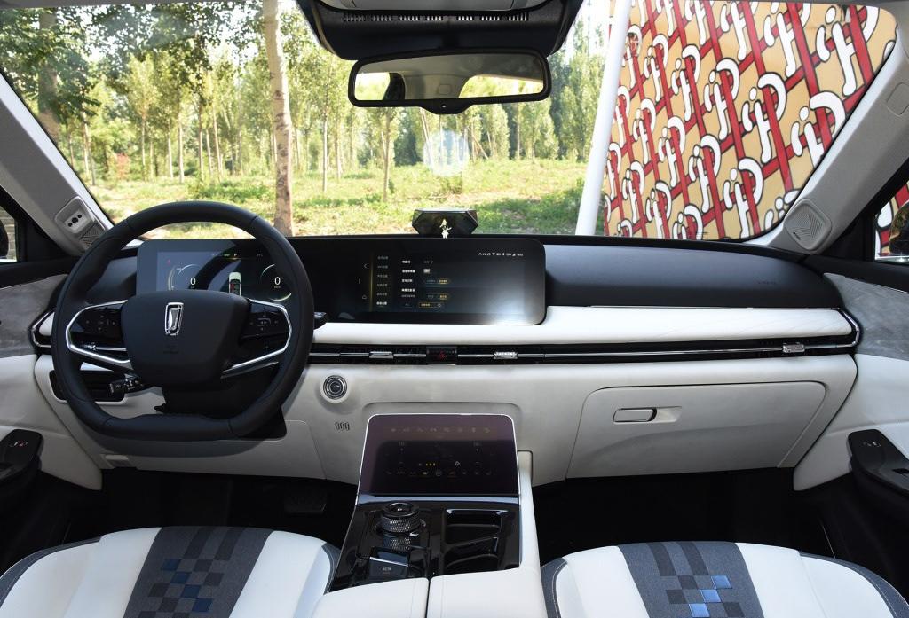 Chính giữa táp-lô là màn hình cảm ứng cho hệ thống thông tin giải trí, phía dưới là màn hình cảm ứng khác. Ảnh: FAW
