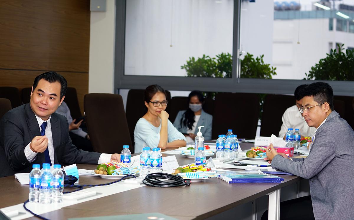 Tiến sĩ Phan Võ Minh Thắng (bên trái) tham gia Hội đồng chuyên môn đánh giá luận văn tốt nghiệp của học viên MBA tại Đại học Hoa Sen vào giữa tháng 8. Ảnh: Vũ Ngọc Mạnh.
