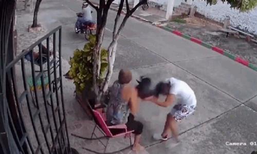 Nữ nhân viên nhanh tay giật súng tên cướp - 3